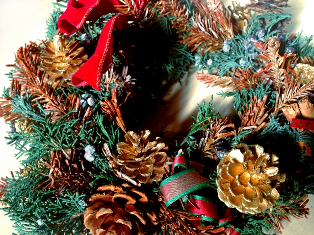 クリスマスリースを玄関に取り付ける方法をドアの材質別にご紹介します。